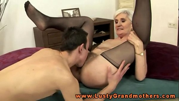 Eating out a mature blonde pussy tube
